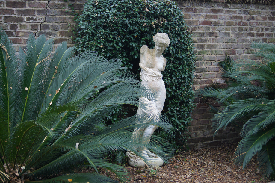 calhoun-mansion-statue